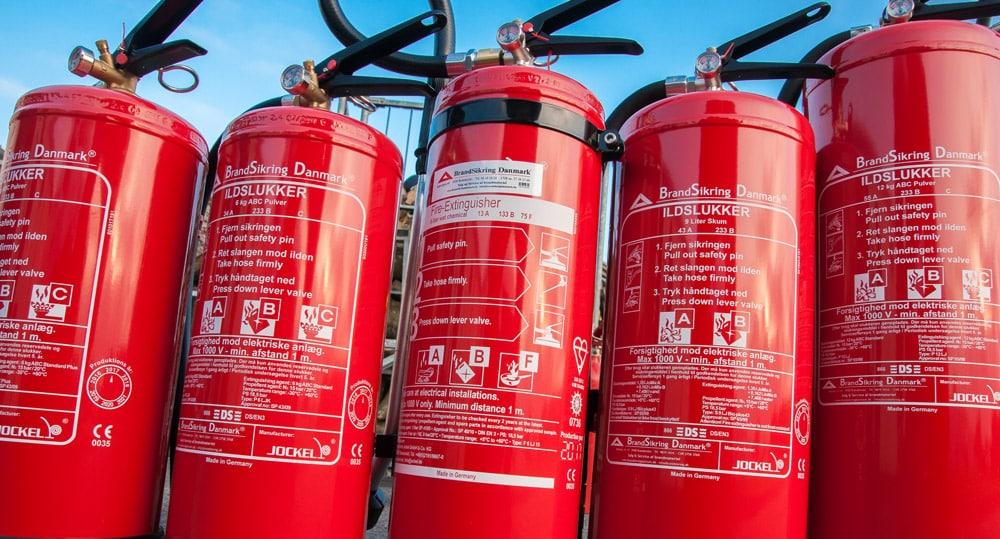 Brandslukkere på række klar til genopfyldning